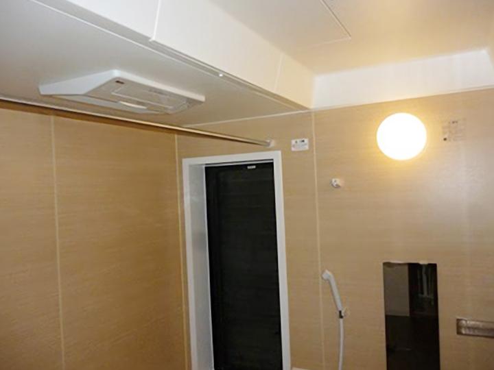 こちらが浴室暖房乾燥機です。雨の日には洗濯物を干すこともできます。
