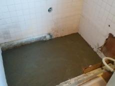 既設の浴室を解体し、床にコンクリートを打ち込みました。 こうすることで、重いユニットバスの荷重にも耐えられます。