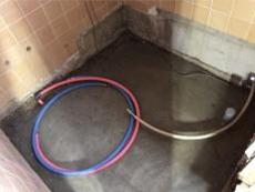 土間を打って給水給湯、排水の準備をします。 その後ユニットバスを組み立てていきます。