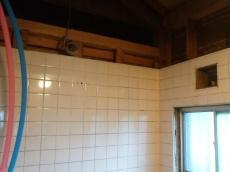 壁はほとんど解体していません。今の浴室の大きさに合っている、タカラスタンダードのお風呂に取り替えます。