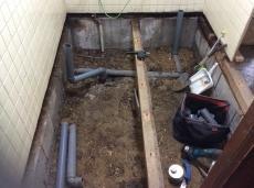 脱衣室の土台が湿気や水漏れで腐ってきていたため、脱衣室の床も解体します。