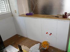 新しいキッチンを入れるために様々な工事をしていきます。こちらは、給水・給湯・排水の逃げ工事です。
