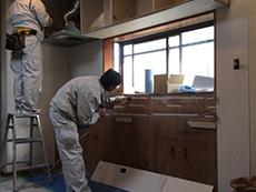 キッチンは吊戸棚から取り付けていきます。キッチンパネルは専用ボンドでしっかり貼り付けていきます。