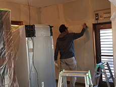 お部屋全体のクロスを剥がし、下地をきれいにしてから新しいクロスに張り替えていきます。