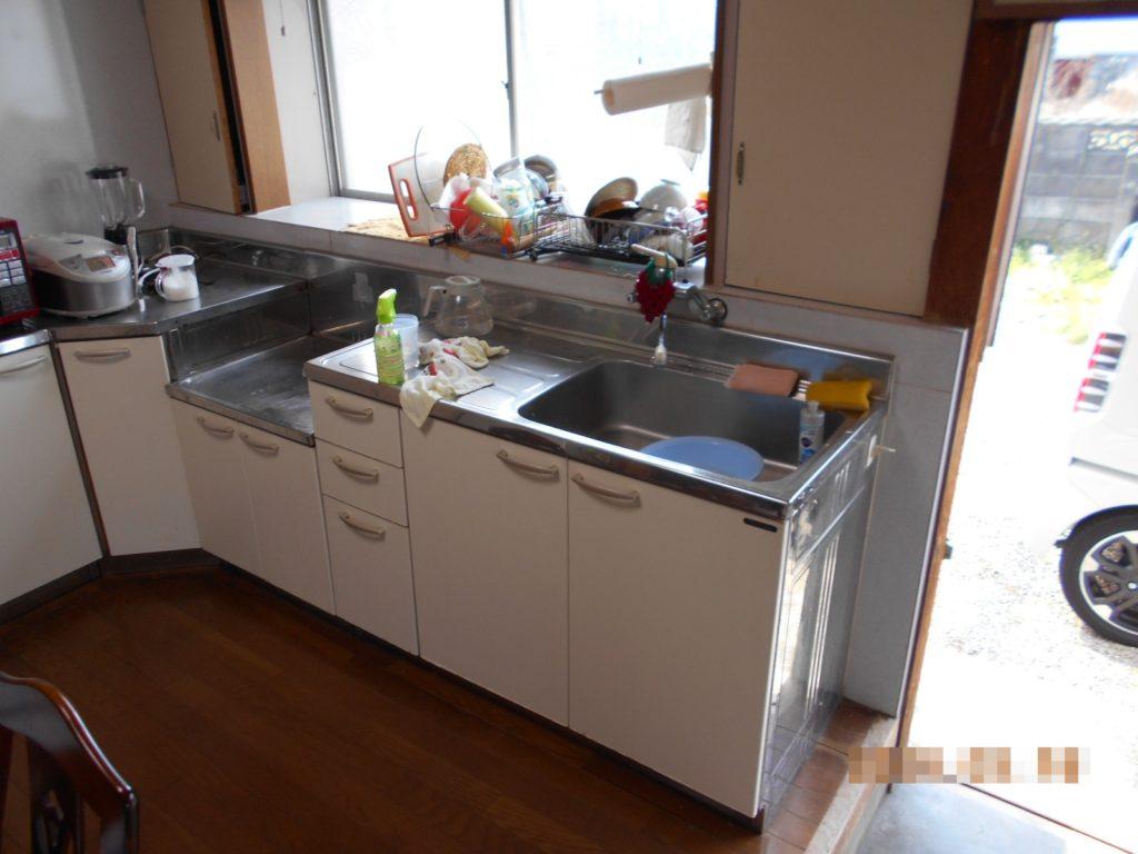 長年お使いになられたキッチンでキズや汚れが目立ってきていました。