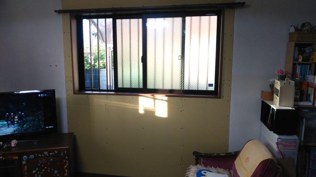 掃き出し窓を取り外し、壁と窓枠を作っていきます。