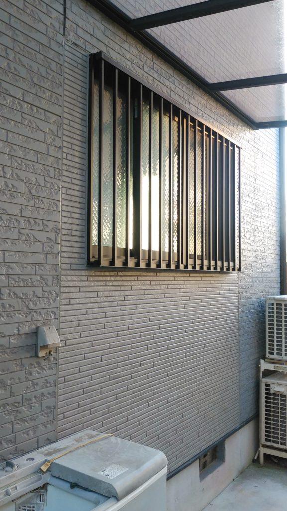 断熱材を入れ壁と窓を作りました。 格子窓になり防犯性が上がりました。