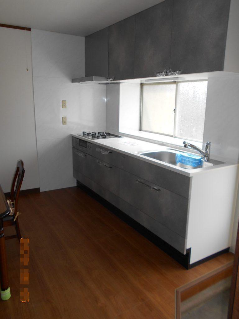 新しいキッチンは使い勝手を考え、I型に変更しました。 ホーローパネルで見た目もスッキリし、お掃除もカンタンです。