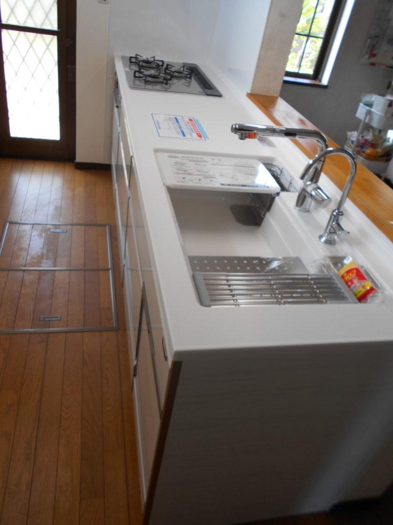 手前の水栓はビルトイン浄水器になっており、安全で美味しい水がいつでも使えます。奥の水栓はセンサー式のため触れることなく蛇口の開閉ができるのでお料理で手が汚れていても手をかざすだけで手が洗えてとても便利です。