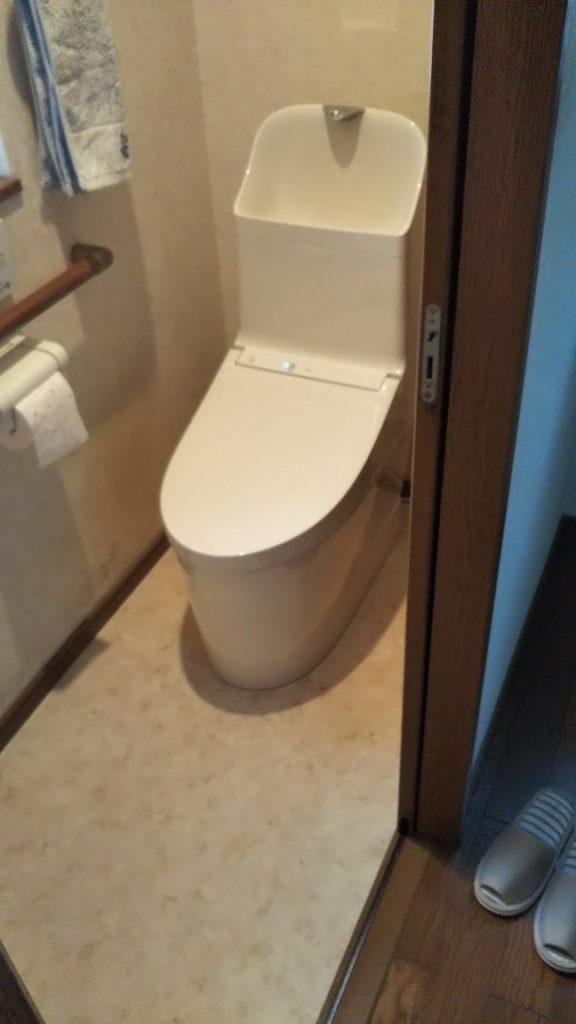 トイレの取替えとクッションフロアの張替えが半日でできました。 トイレの手洗いは大人から子供まで使いやすい高さに設計されており、水はねしにくく気持ちよく手が洗えます。