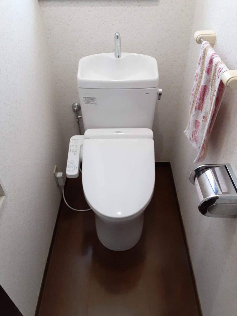 2階は既設のトイレと同じ手洗い付タイプの商品に取替えさせていただきました。 お手入れがしやすい節水トイレになりました。