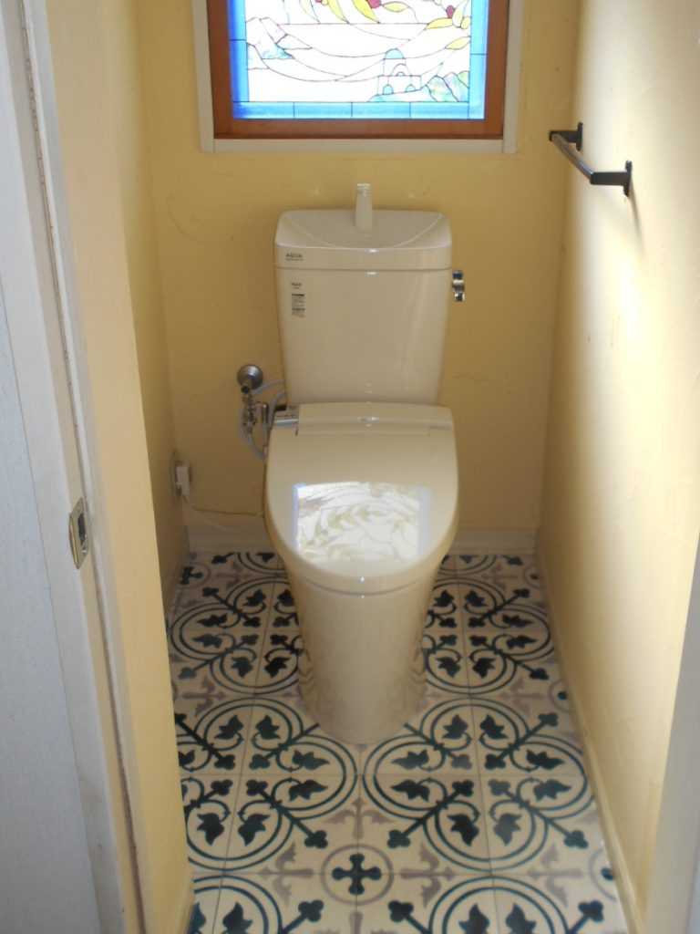 珪藻土の壁はそのままで床のクッションフロアを張替えました。 トイレもすっきりとした見た目になり、明るい色合いになりました。