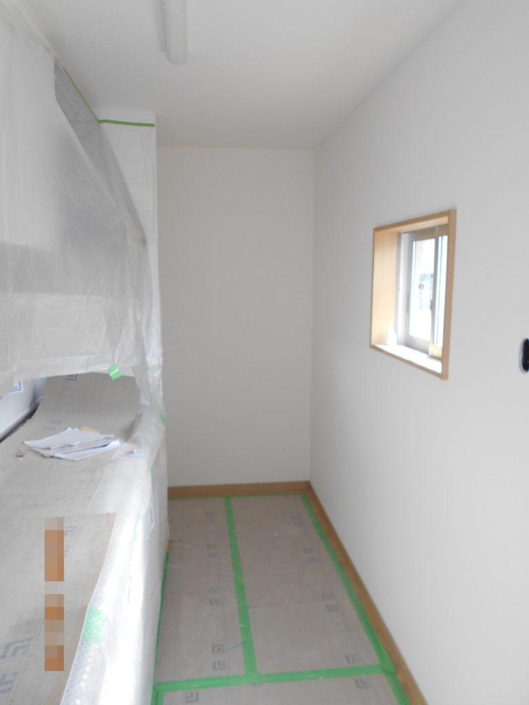 システムキッチンなどの住設機器を設置していきます。