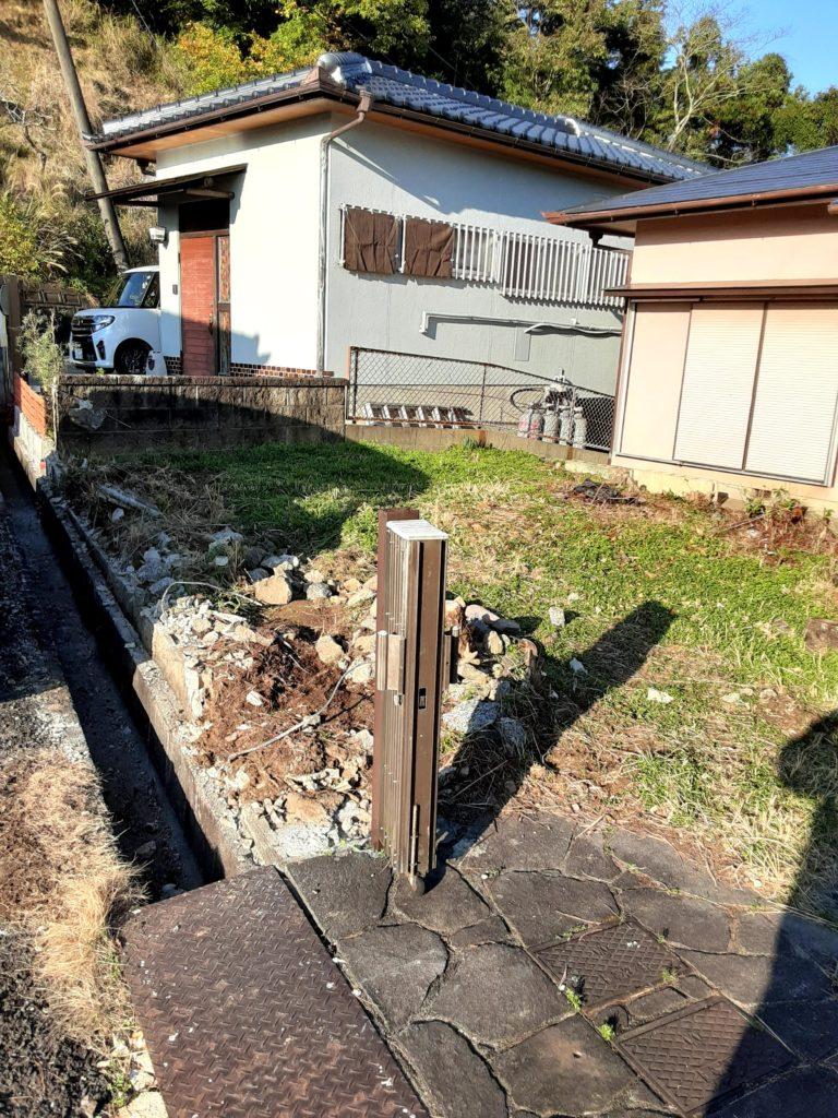 塀を撤去していきます。 お隣との間の塀は残し、通り沿いの塀のみを撤去します。