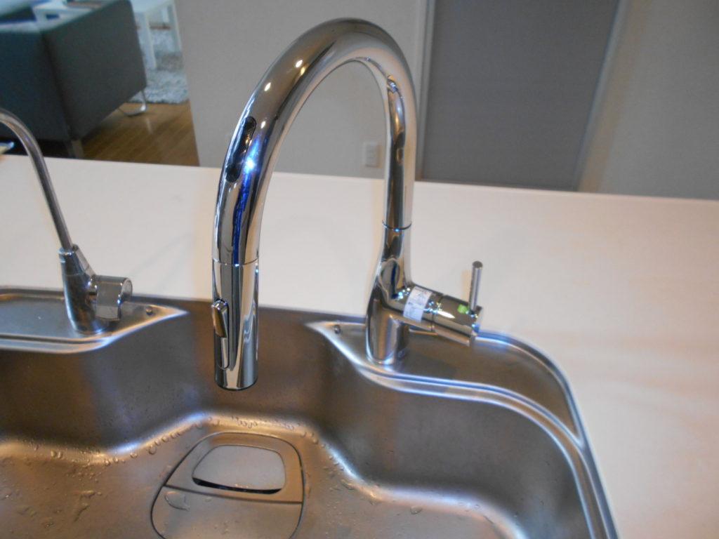 取替えが完了しました。 グースネック水栓は大きく広い吐水空間がとれるので 大きな鍋やフライパンが楽に洗えます。