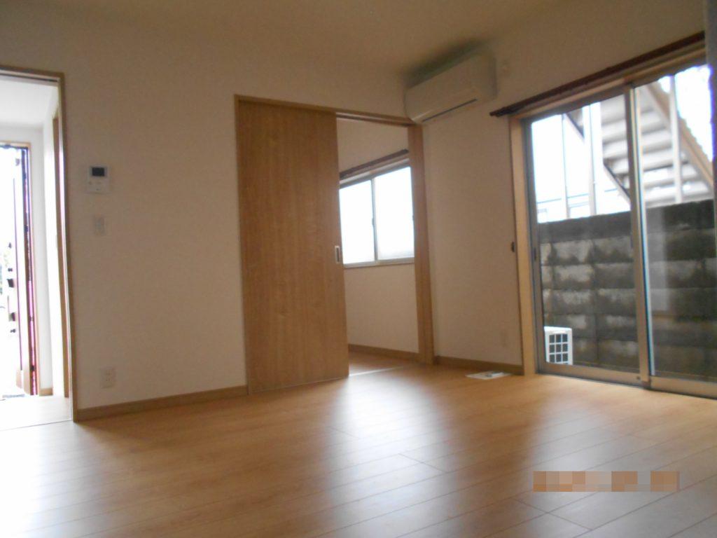 内装はメープルに白を合わせ、明るく清潔感のある雰囲気に仕上がりました。 リビング横の4畳間は子供部屋としても、来客用スペースとしてもお使いいただけます。