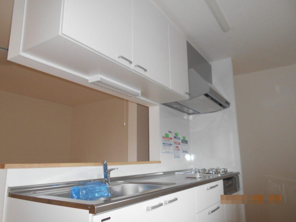 キッチンは対面キッチンでお料理が出しやすく、リビングで遊ぶお子さまの様子を見ながら家事ができます。最新のガラストップコンロでお掃除もラクラク。