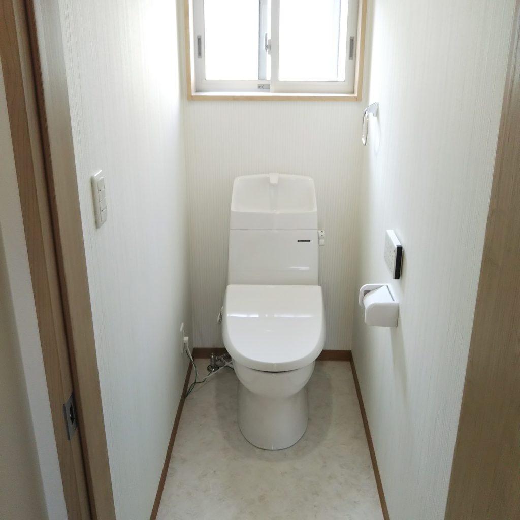トイレは暖房便座もウォシュレットも付いた節水トイレです。