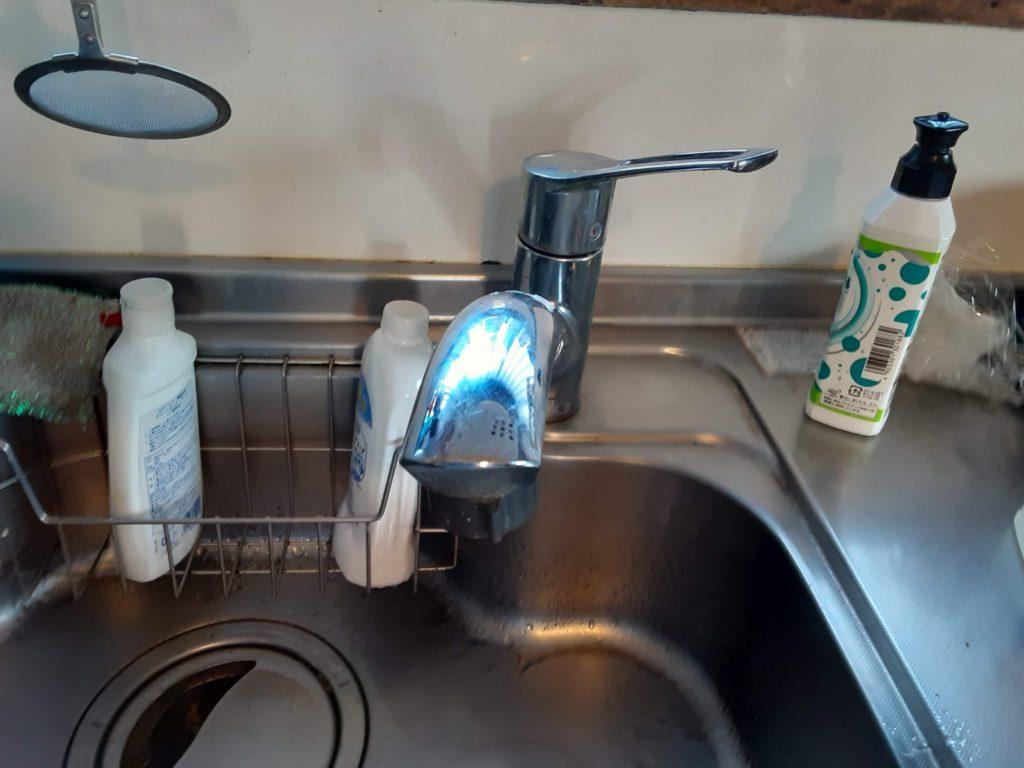 一般的なキッチン水栓がついていました。 食器を洗う際に蛇口が手に当たり邪魔になるとお困りでした。
