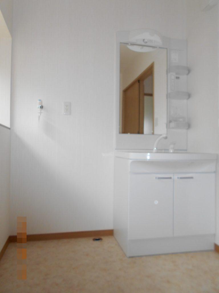 洗面脱衣場は3畳あり、広々とした空間になりました。 洗面台の横には洗濯機を置くスペースを作りました。