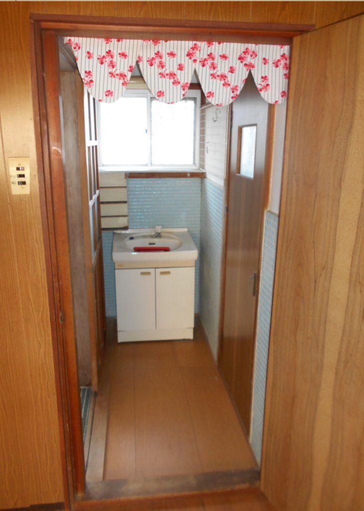 洗面脱衣場は狭く、脱衣スペースはほとんどありません。 洗面台は収納が少なく、身だしなみをチェックする鏡もありません。