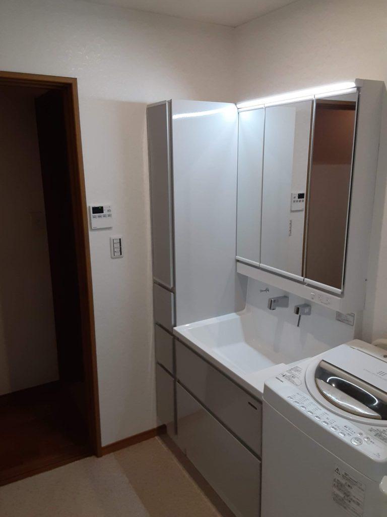 新しい洗面化粧台です。 引き出しだけでなく、ミラー裏にも収納があります。 横には収納たっぷりトール収納を設置しました。