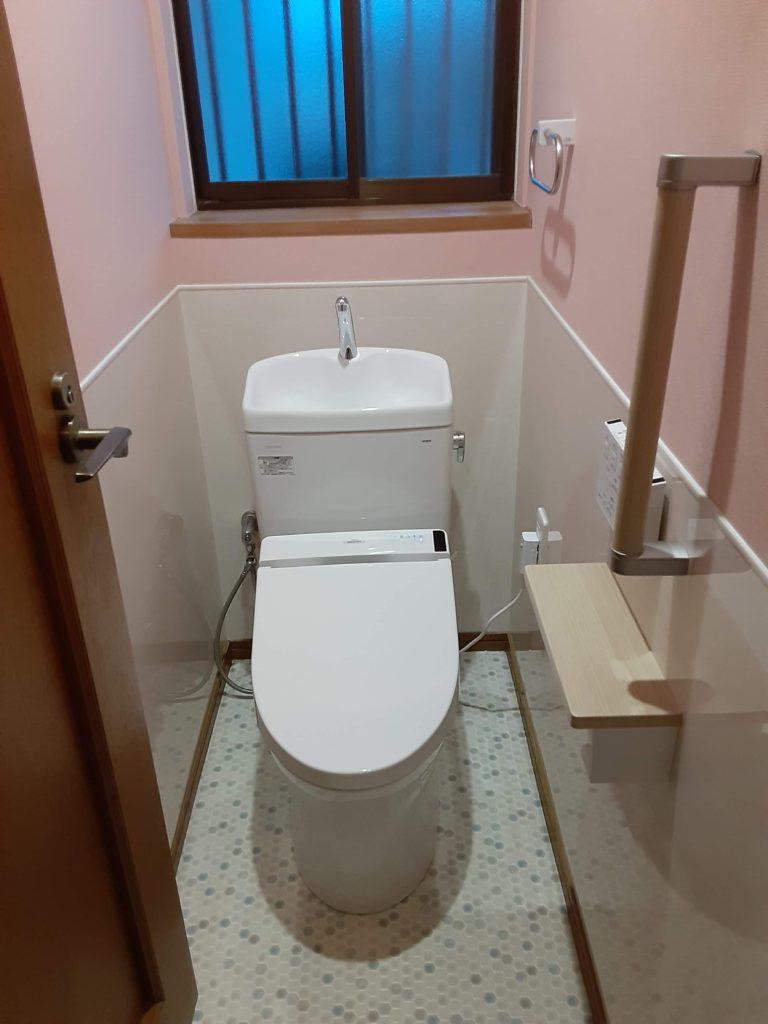 ウォシュレットの操作は壁面のリモコンになり、 スッキリした見た目のトイレになりました。 汚れがつきにくく、サッとひと拭きするだけなので お手入れも簡単です。