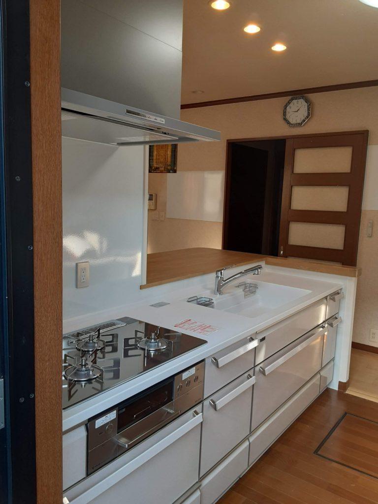 収納たっぷりな素敵なキッチンになりました。 コンロもレンジフードも新しくなりピカピカです。