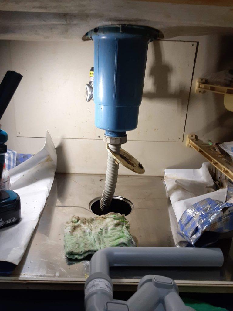 防臭キャップを外し、点検やお手入れがしやすい排水トラップに取り替えます。