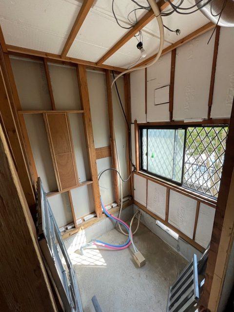 解体が終わったら新しいお風呂を組む前に給水・給湯などの配管を準備します。