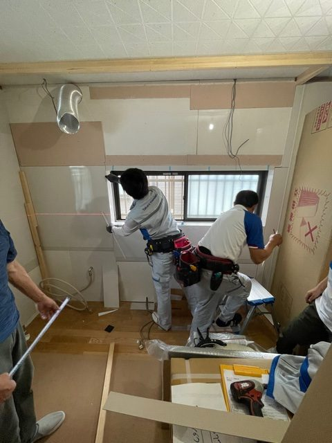 壁面の下地には耐火ボードを貼り、キッチンパネルの施工をしております。