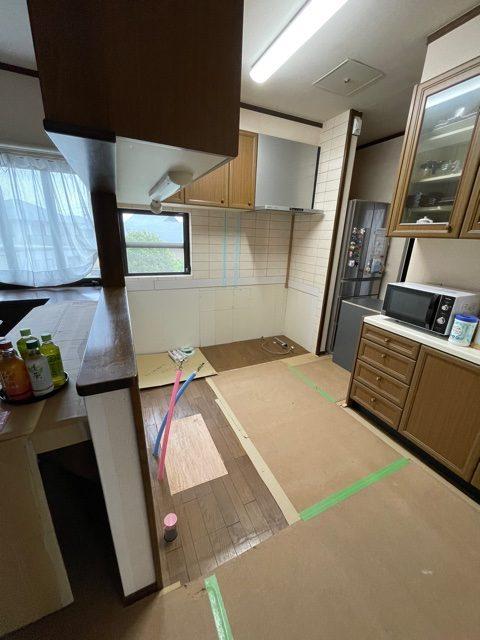 吊り戸やコンロ・レンジフードはそのまま残し、 キッチンの下台部分をお取替えします。