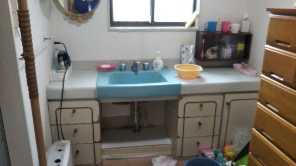 ご主人が車イスをお使いで、既存の洗面台が使いづらくお困りでした。 手前のタンスも撤去し、広々とした空間にします。