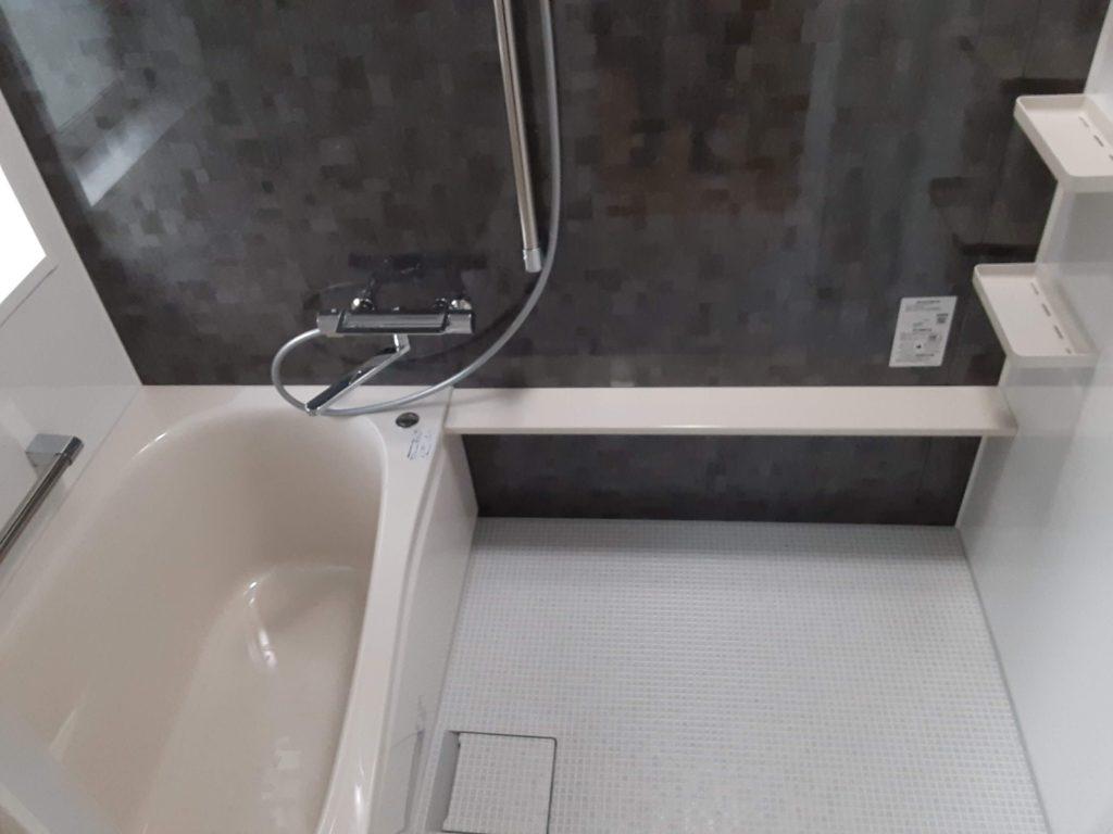 ほっカラリ床は冬場でも床が冷たくならずに快適に入浴できます。滑りにくく、乾きやすいので安全ですしお掃除もしやすいです。