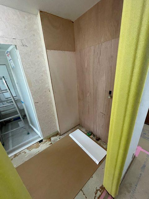 丁寧に解体し、新しい洗面台に合わせて 壁も手直ししました。