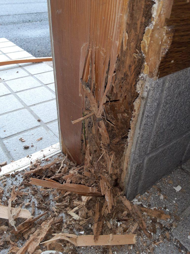 シロアリ被害で柱がボロボロになっていました。