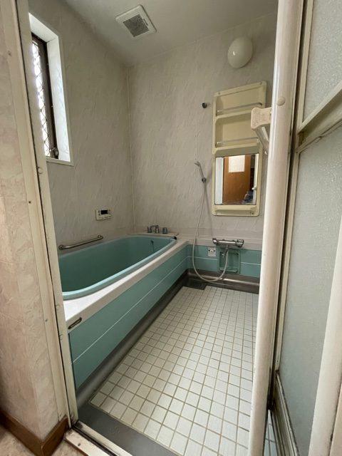 タイル床で冬場はひんやりと寒いお風呂でした。