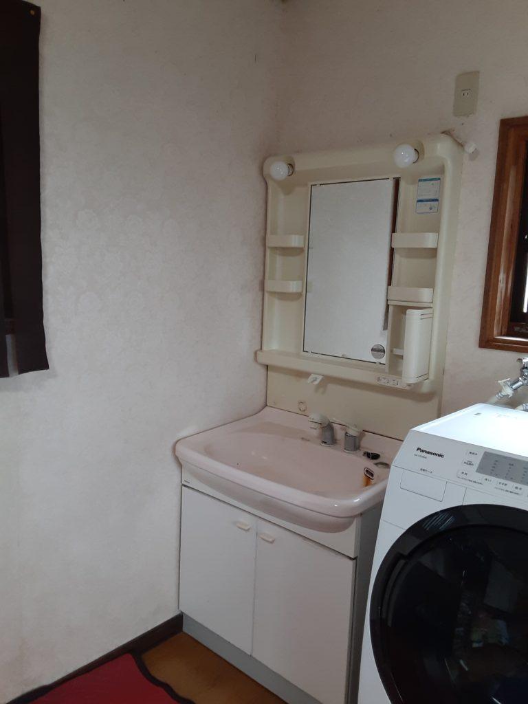 施工前の洗面化粧台です。長年お使いになられ、水漏れしてきていました。