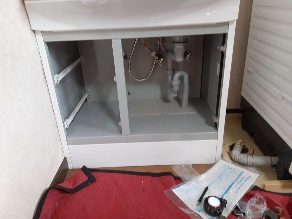 新しい洗面化粧台を設置し、給水給湯配管の接続を行います。ここまで来たら完成間近です。