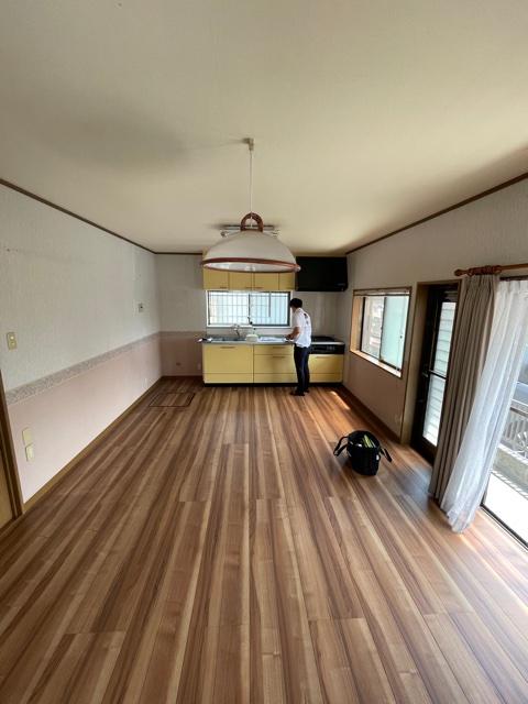 既設の壁付けキッチンから対面キッチンにリフォームします。