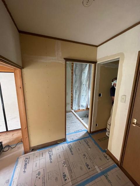 新たに壁を作って、新しい脱衣室を作っていきます。