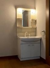 洗面化粧台も間取り変更のために撤去し、新しいものに取り替えます。