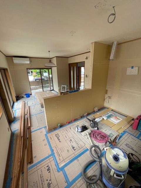 対面キッチンにするため、キッチンの前に壁とカウンターを作ります。